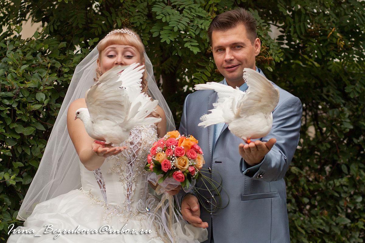 Жених и не веста в парном портрете с голубями.